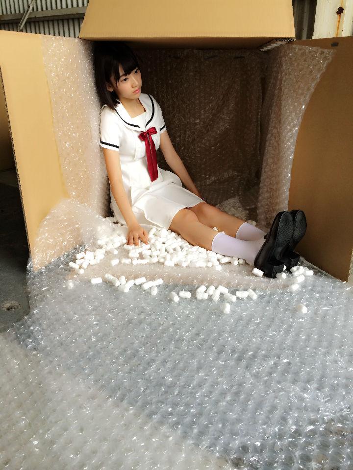 【画像】 HKT48宮脇咲良(16) ダッチワイフをテーマにした下品な撮影を要求される→知らずに応じてしまう